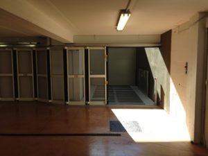 ascensore per auto con porta scorrevole